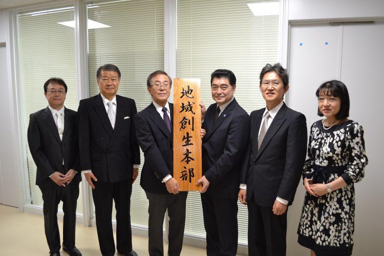 左から伊藤理事、吉澤理事、佐藤学長,石川理事、渡邊理事,郡理事